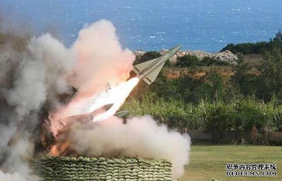 台军6月在九鹏基地进行鹰式飞弹测考时,2枚发射后在沙滩上空爆炸。(图片来源:台湾《联合报》)