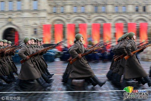 俄罗斯军人参加红场阅兵彩排 纪念红军奔赴二战前线